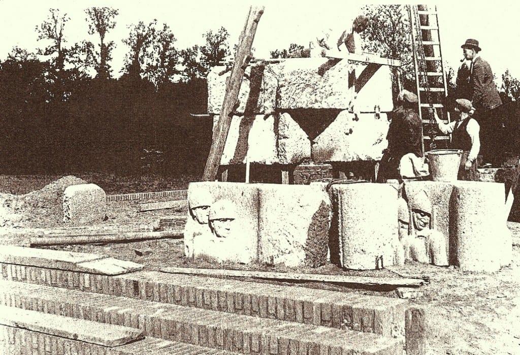 Een foto genomen kort na de start van de bouw van het monument.