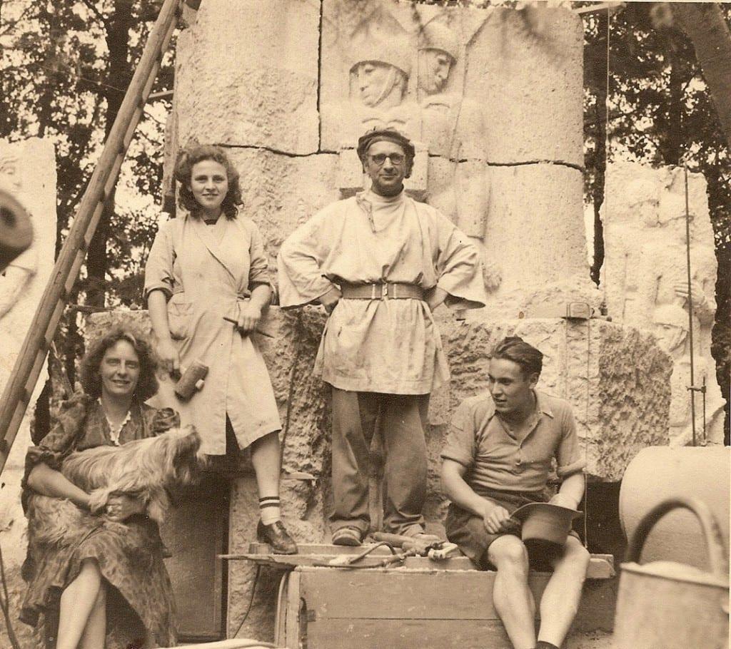 Jac Maris met enkele medewerkers poserend voor de beeldengroep.