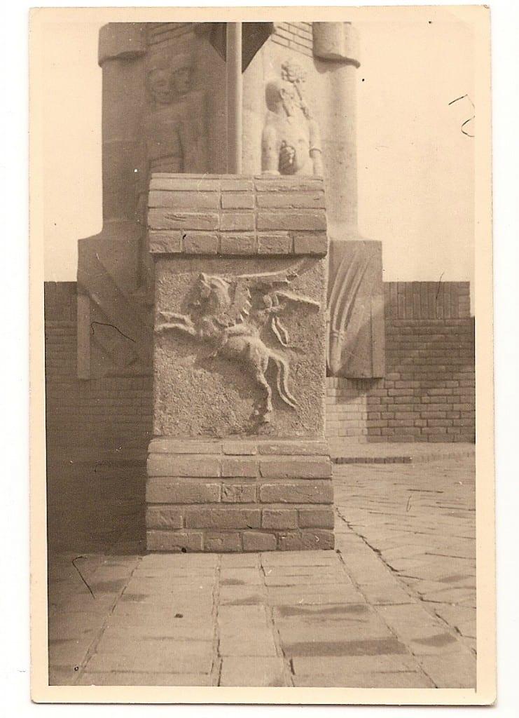 """""""De Pegasus"""" op een van de vier armen van het monument."""
