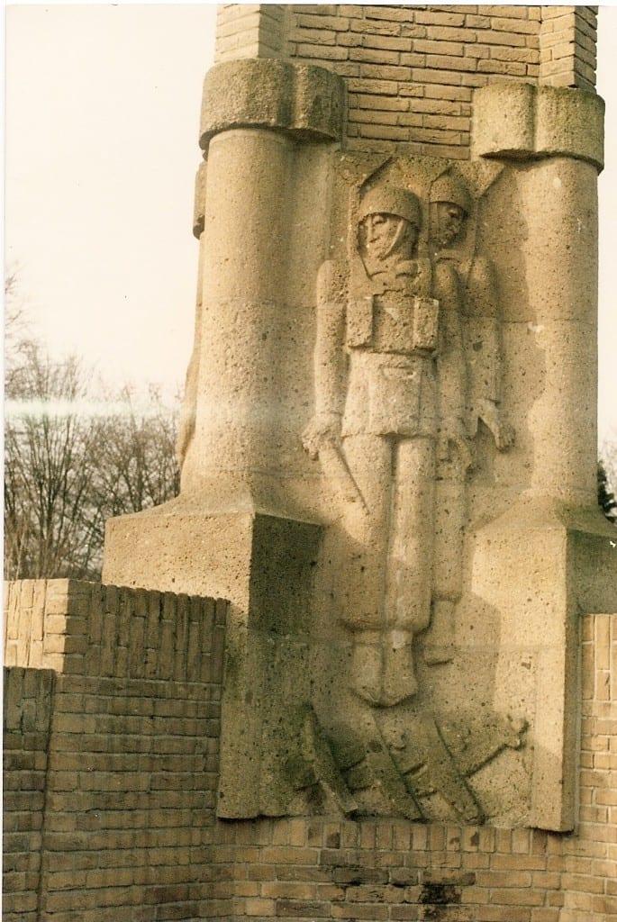 uiteindelijk werd het aan de oostzijde van het monument geplaatst.