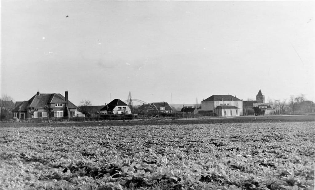 """Dit is een ansichtkaart uit begin 50er jaren (foto Langevoort-Oosterbeek) met links Bildersweg 14 (villa Souvenir gebouwd door W.E.Voute in 1930) en rechts daarvan """"Uilengeluk"""", dat gesloopt is midden jaren 1 60 van de vorige eeuw."""