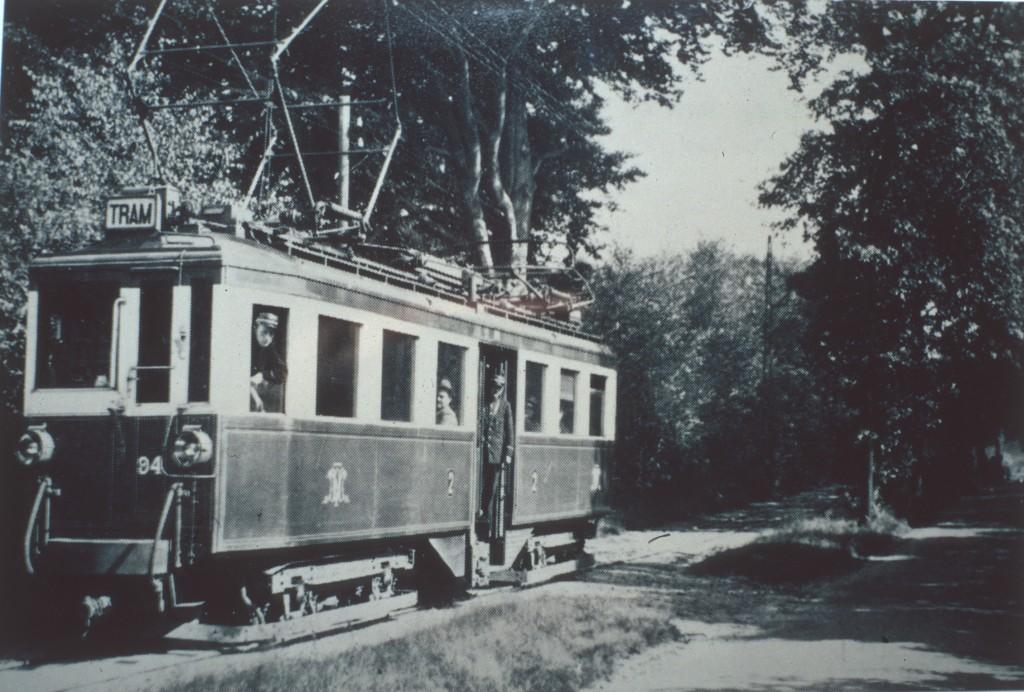 Eind jaren `20 van de vorige eeuw kruipt een tramstel van de TOL de heuvel nabij de Westerbouwing.