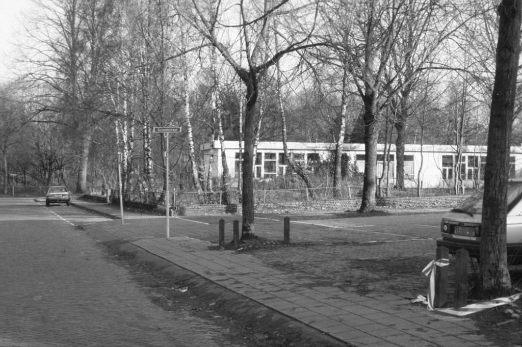 De noodlokalen op de hoek van de Lebretweg/ Parallelweg.