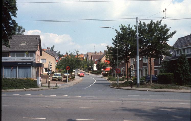 Reuvensweg nabij de Utrechtseweg. Op deze plek stond links ooit, links, de garage Bergeijk