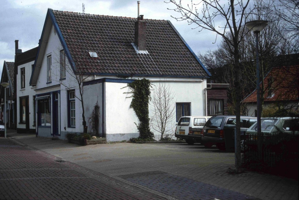 Het parkeerplaatsje op de plek van het gesloopte pand Weverstraat 56-58. Rechts op de achtergrond het huis op Weverstraat 52, gebouwd in 1850 door de arts Salomon Pieter Scheltema die in die tijd veel grond bezat in Oosterbeek, waaronder het Zweiersdal.