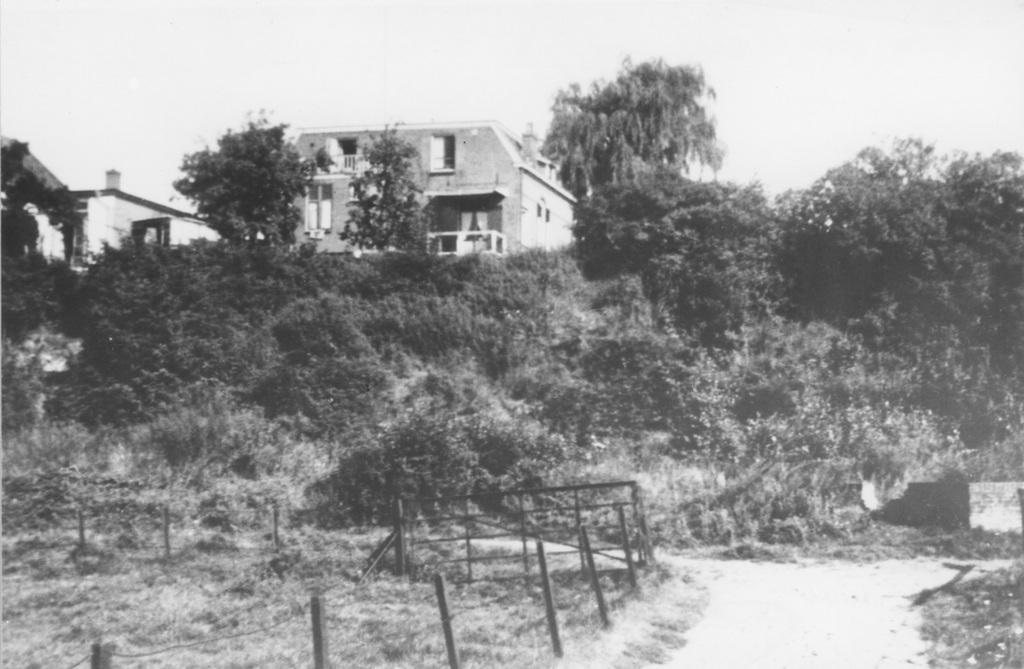 Het in 1914 gebouwde dubbele woonjuis op Benedendorpsweg 76-78, gezien vanaf het Unksepad (uiterwaarden).