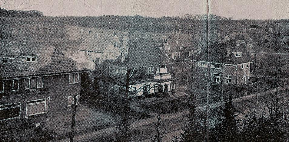 """Vanuit huize """"Ommershof"""" een zicht op de huizen aan de graaf van Rechterenweg 33/31 (gebouwd 1929), 29 (gebouwd in 1927) en het in 1951 gesloopte pand op nummer 27. Op de achtergrond de nog bestaande twee onder één kap aan de Karel van Gelderlaan 26, gebouwd in 1930."""