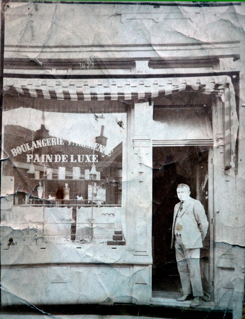 Bakker W.F. Hasselbach voor zijn winkel.