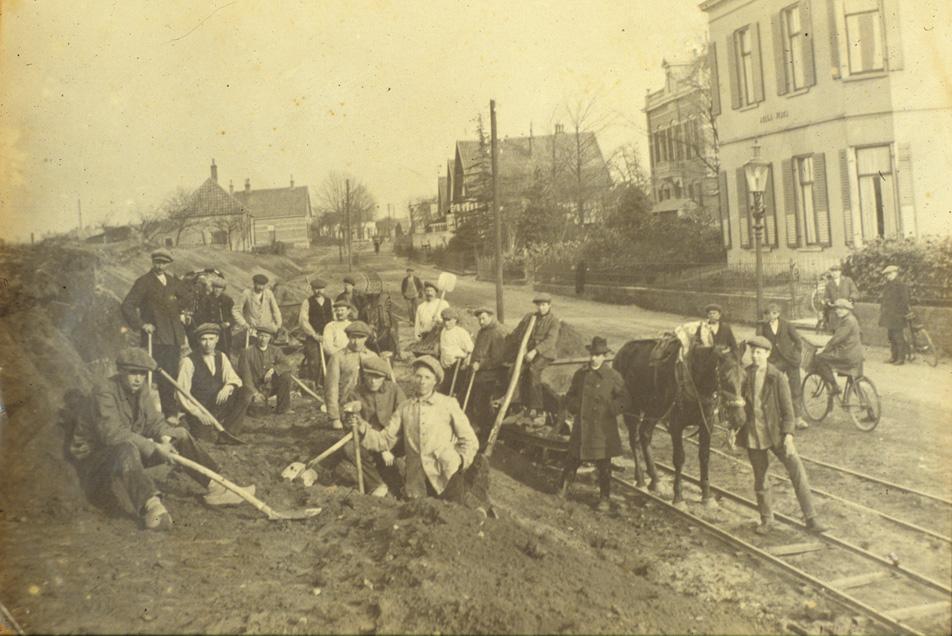 """De firma Wandel bij de aanleg van de TOL-lijn.Geheel rechts de villa """"Bella Vista"""", gebouwd in 1870 (nu nummer 98). Daarvoor een verdwenen volumineuze villa."""