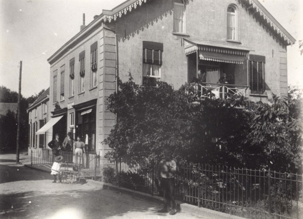 Het pand van G. J. Kriebo die rond 1900, komende van de Annastraat, op dit adres zijn meubelmakerij en stoffeerderij drijft.
