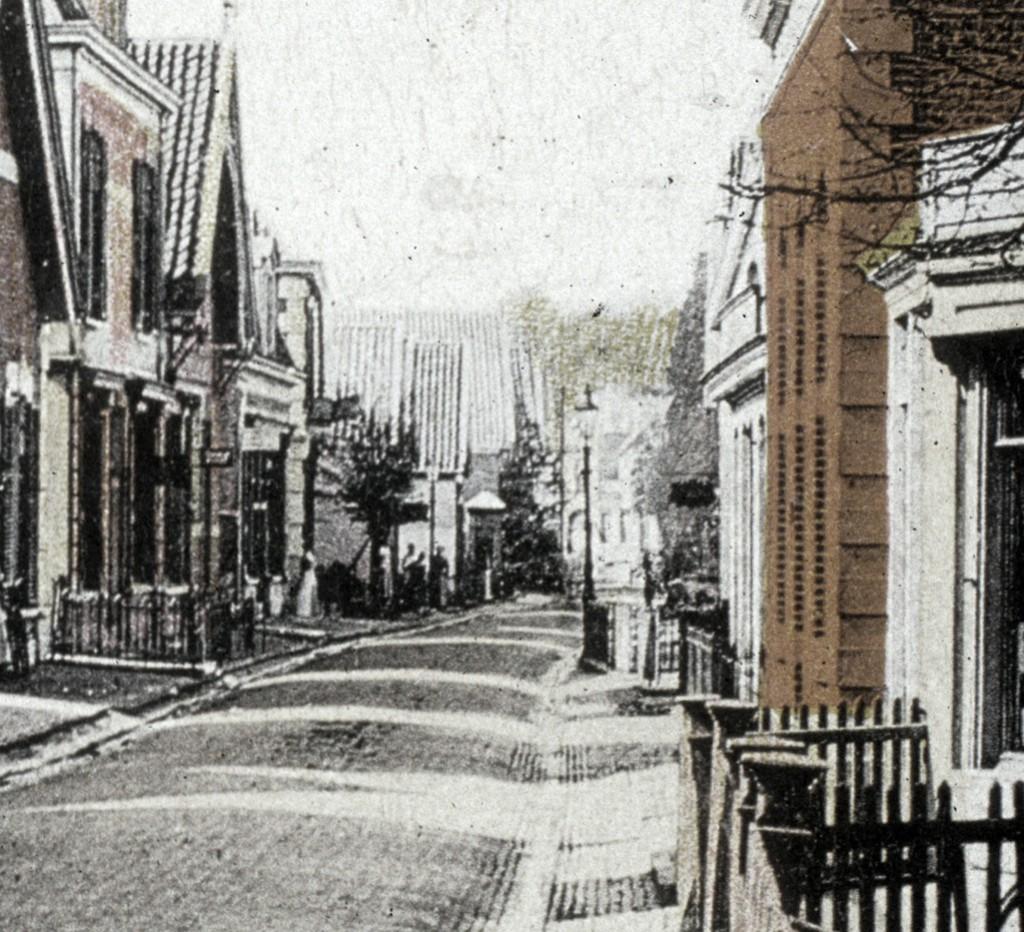 Midden op de achtergrond de dorpspomp van de Weverstraat.
