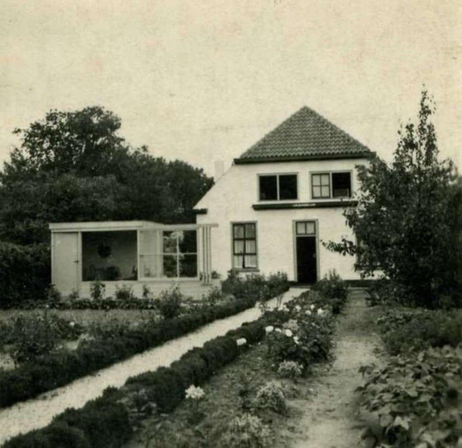 """""""Uilengeluk"""" in 1940 (Bildersweg 16)  Mijn vader huurde het voorhuis in mei 1940 van de heer Top, die in het achterhuis ging wonen met het huisnummer Bildersweg 18. Hr. Top overleed in  1943, waarna mijn vader het hele huis huurde van de erven Top. Het tuinhuis was een model-huisje, dat diende als demo voor zijn agentuur in houten huizen."""