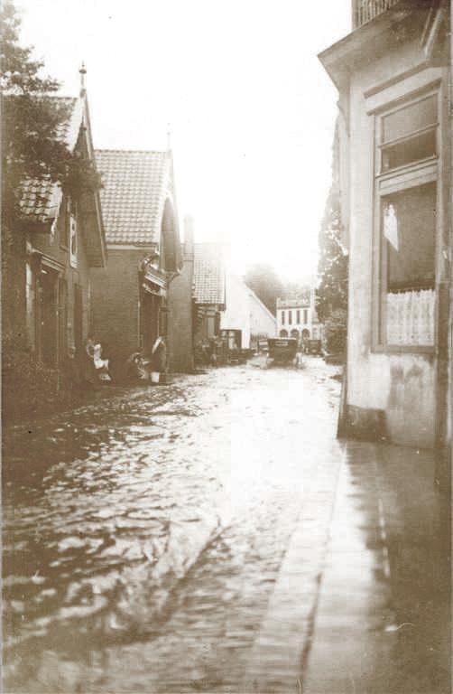 Wederom wateroverlast in de Weverstraat. Links de panden Weverstraat