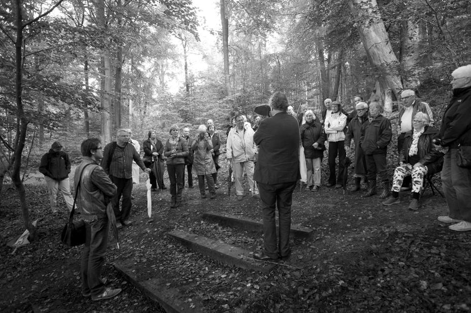 """Wim Meulenkamp nabij """"het huisje met de waterval"""" op de Oorsprong."""
