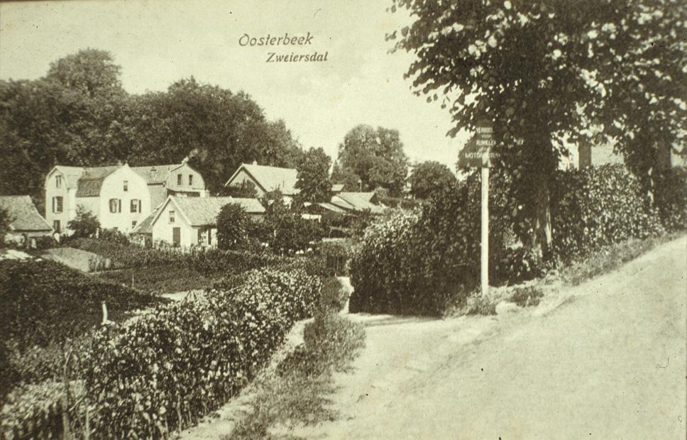 """Geheel inks het aangebouwde huisje waarin in 1869 de tapper Rothuizen zijn bedrijfje had. Rechts daarvan het pand """"Heuveloord"""", op nummer 110, ook wel aangeduid als """"de Rotteval"""". Daarnaast het pand van bakker Van Hattum en de boerderij van Van Lingen. Achter """"Heuveloord"""" het huis, gebouwd in 1850, waarin tot voor enige jaren de beeldhouwer Henk Zweerus woonde. In de negentiende eeuw was er een timmerbedrijfje in gevestigd, aanvankelijk van Vonk later van Piet Kelderman. Op de voorgrond de ingang van het Zweierspad, voor aanleg van de Dam de enige verbinding tussen de Weverstraat en de Fangmanweg."""