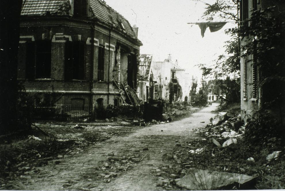 Links de villa van A. Weenink met rechts daarvan de resten van de broodbakkerij van P.P. Witkamp.
