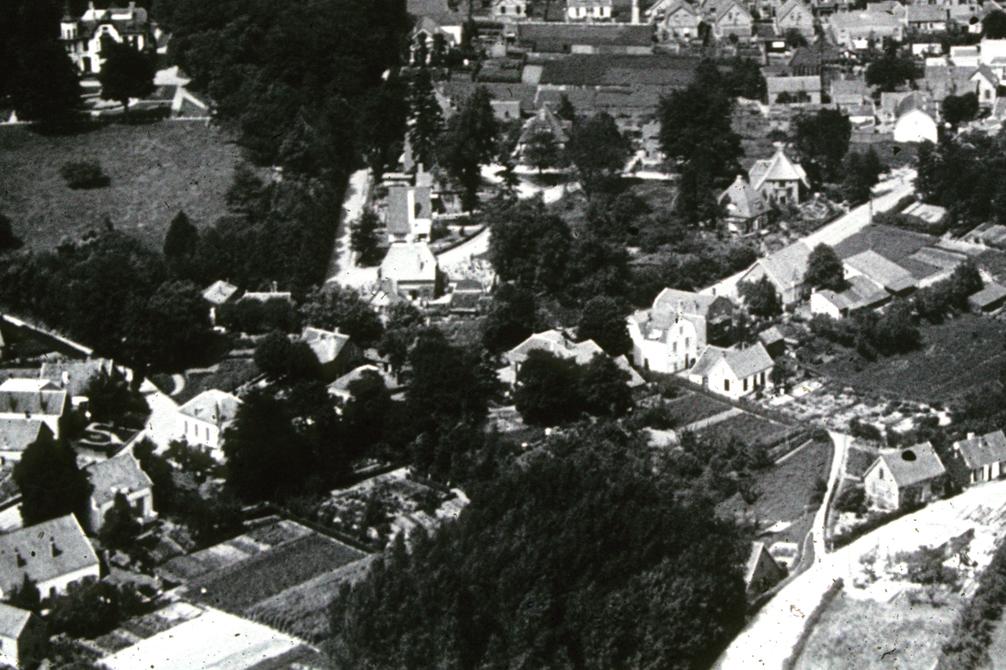 Rechtsboven de rietgedekte villa op Weverstraat 109.