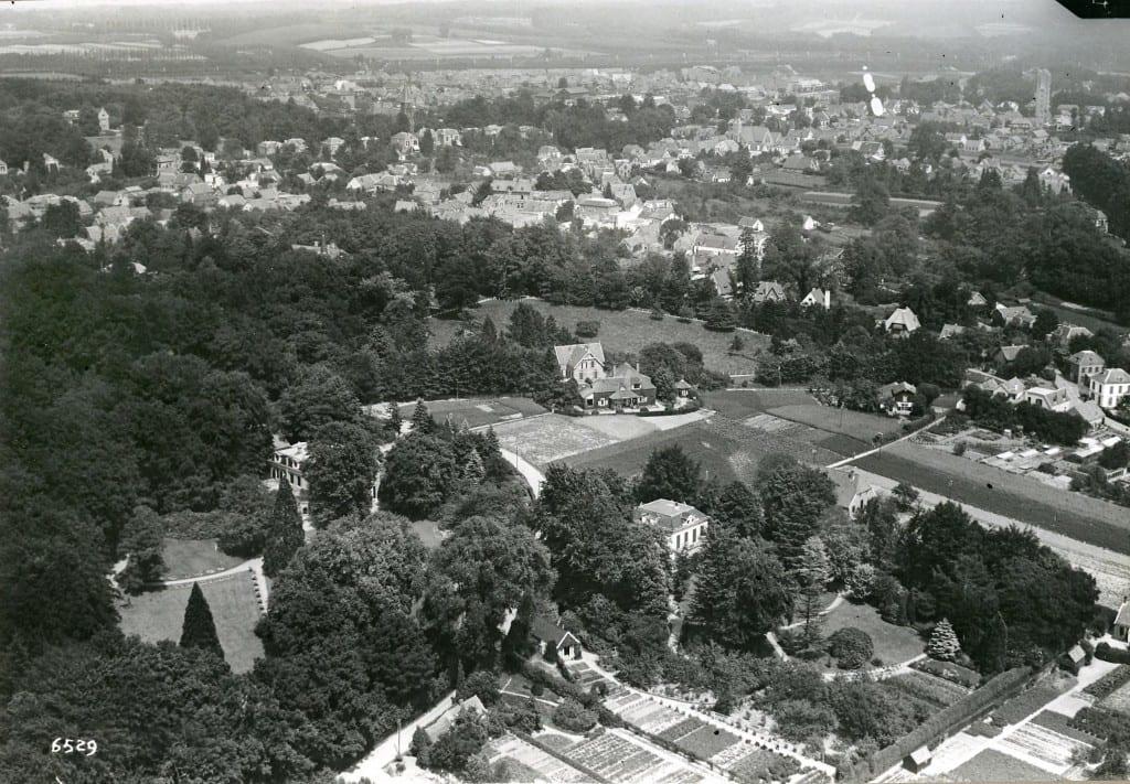 """Op deze luchtfoto van voor de aanleg van De Dam is het """"Jodenhuis"""" naast """"Stadtwijck"""" nog zichtbaar"""