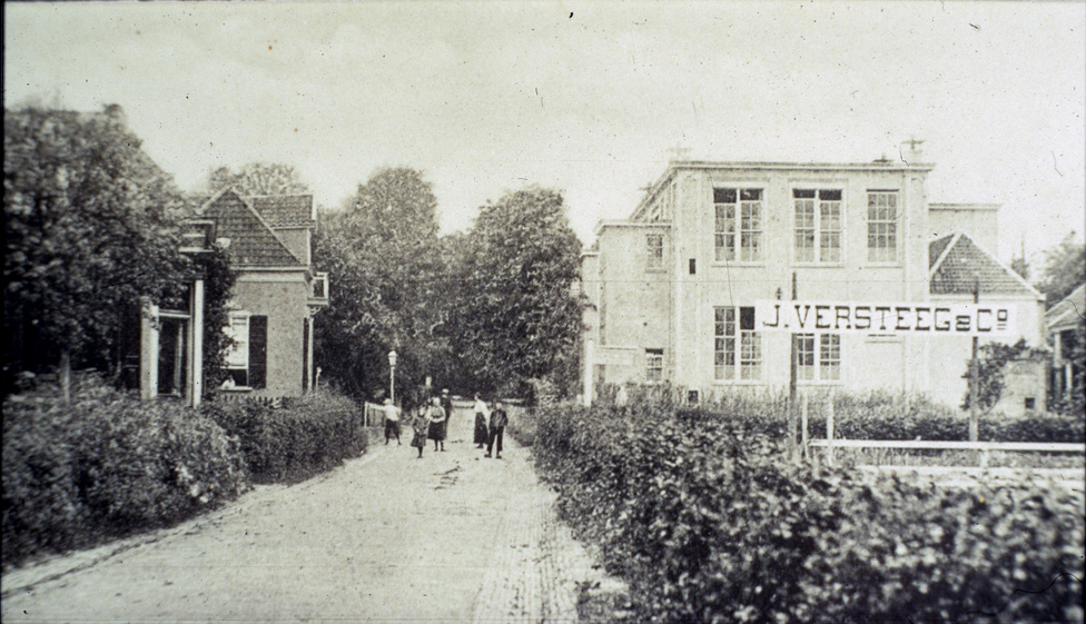 Links het huis van de manufacturenhandel Klaassen (tevens wethouder van de gemeente Renkum) en rechts voor de school het terrein van de rozenkweker Versteeg.