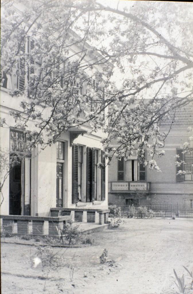 """Zuidoostelijk van """"Beekhof"""", op de noordhoek van de Fangmanweg/ Weverstraat lag tot 1944 de villa """"Vredehof"""". Tussen """"Vredehof"""" en de op de zuidhoek van het kruispunt gelegen villa kwam de Fangmanweg op de Weverstraat uit."""
