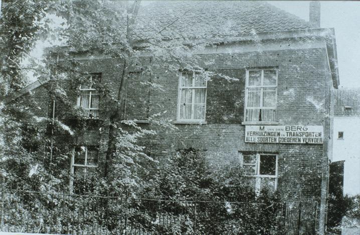 """Bij de aanleg van de Dam in de jaren `30 van de vorige eeuw werd het pand dat zuidelijk van de villa van Kettelarij stond afgebroken. Het droeg de naam """"Jodenhuis"""" daar het rond 1870 was gebouwd in opdracht van"""