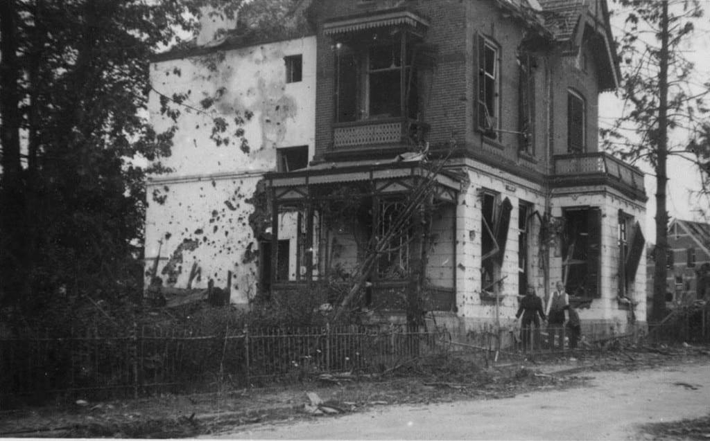 De zwaar beschadigde villa op de hoek Weverstraat/ Benedendorpsweg, voor afbraak.