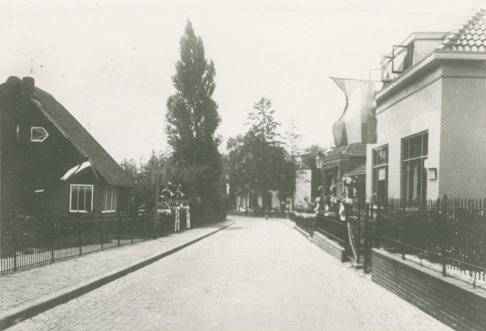Ter hoogte van de boerderij van De Graas de Weverstraat zuidwaarts met links de twee onder één kap op nummet 177-179.