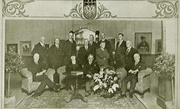 """Het bestuur van de kunstenaarsvereniging """"Artibus Sacrum"""". Staande, tweede van rechts, Van der Haagen."""