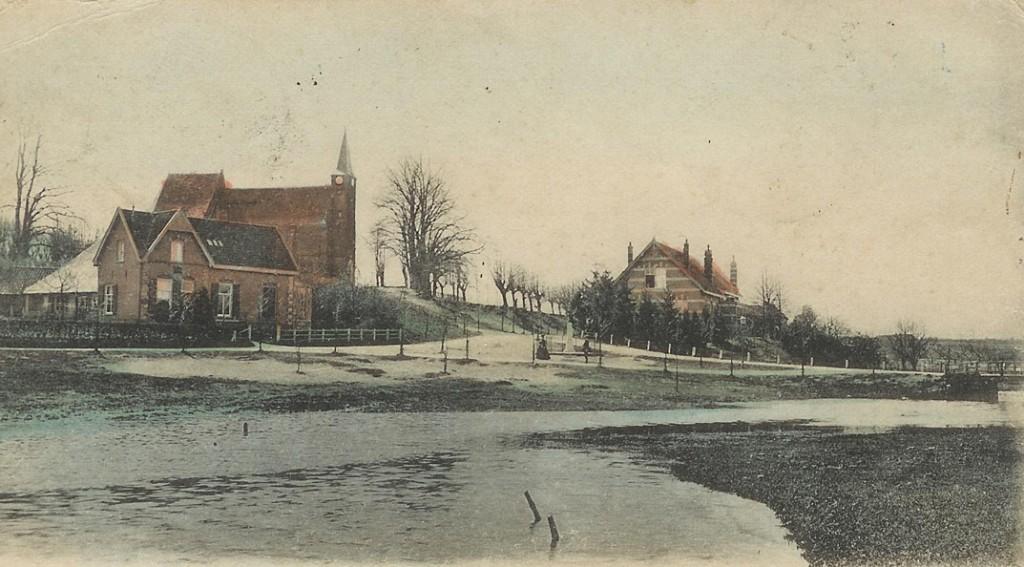 """Links het postkantoor van Doorwerth. In 1911 vervangen door het nieuwe stadhuis van Doorwerth. Daarachter de kerk van Heelsum met daarvoor het plantsoen met de gedenkzuil. Rechts het in 1883 gebouwde schoolgebouw met onderwijzerswoning. Nu """"Rehoboth"""". De Heelsumse beek is buiten haar oevers getreden."""