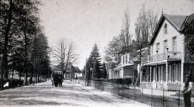 """Rechts het huis """"Bouvardia"""" (169) met daarvoor de woning (167) waarin burgemeester De Beijer enige jaren woonde."""