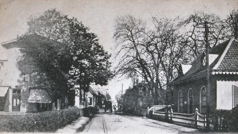 Geheel links Dorpsstraat 141 in later jaren, rechts de woning van dhr. Wentz.