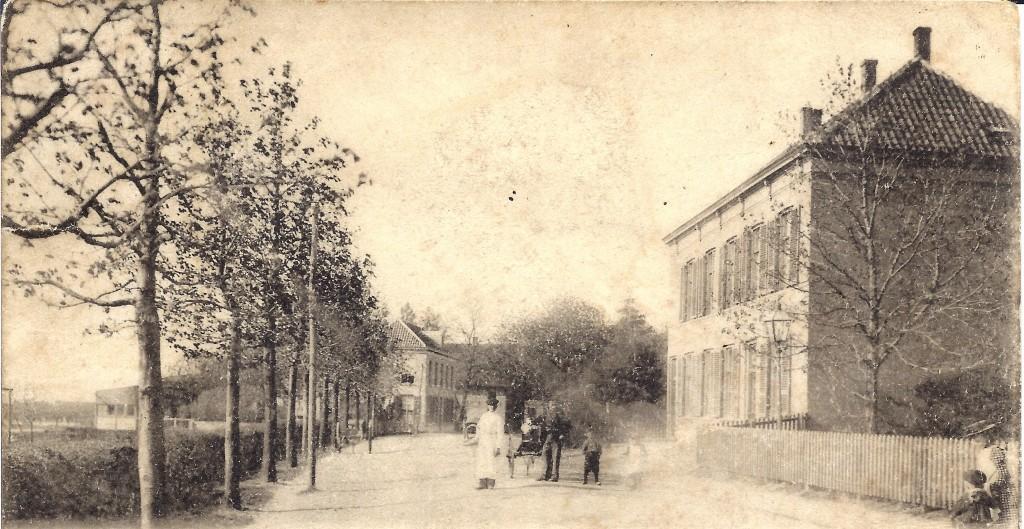 De Dorpsstraat te Renkum, gezien in westelijke richting. Links op de achtergrond hotel Campman en rechts op de voorgrond het pand waarin zich, in het middendeel, een bierhuis bevond. In het rechterdeel woonde, begin 1900, de aannemer Johan Menting en in het linkerdeel de dames Bezemer.