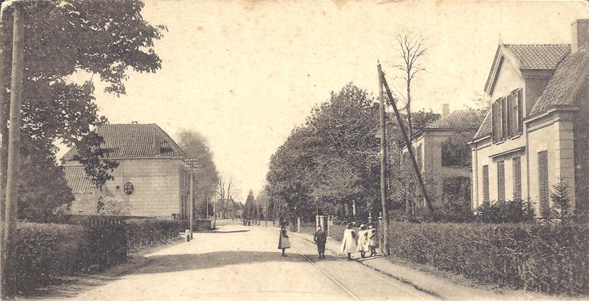 """Tweede huis van rechts het huis """"de Tramhalte"""". Daarvoor de woning van Van Scherrenburg. Links de oude Hervormde pastorie. Links de oude Hervormde pastorie."""