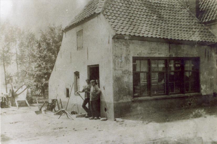 De smederij Van Roest aan de Dorpsstraat te Renkum.