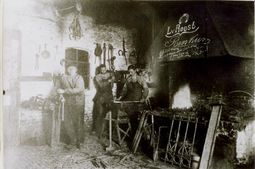De smederij Van Roest in de Dorpsstraat te Renkum