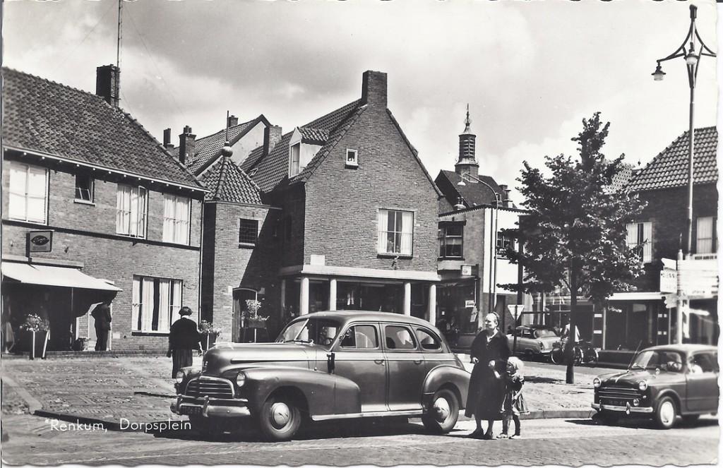 Het Dorpsplein na wederopbouw.