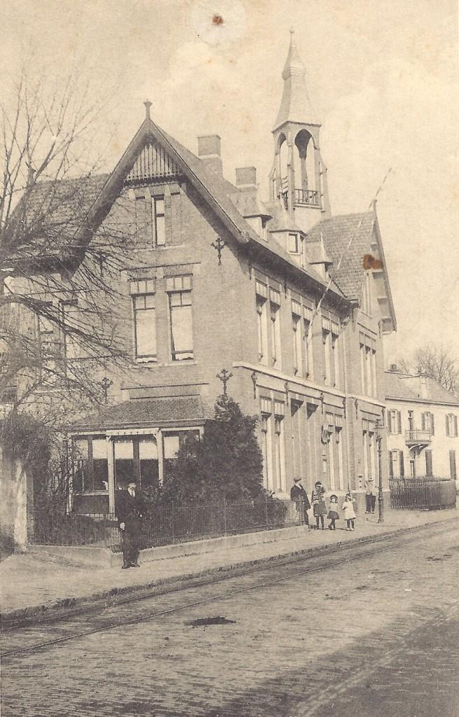 """Het postkantoor met op de achtergrond villa """"Gelria""""."""