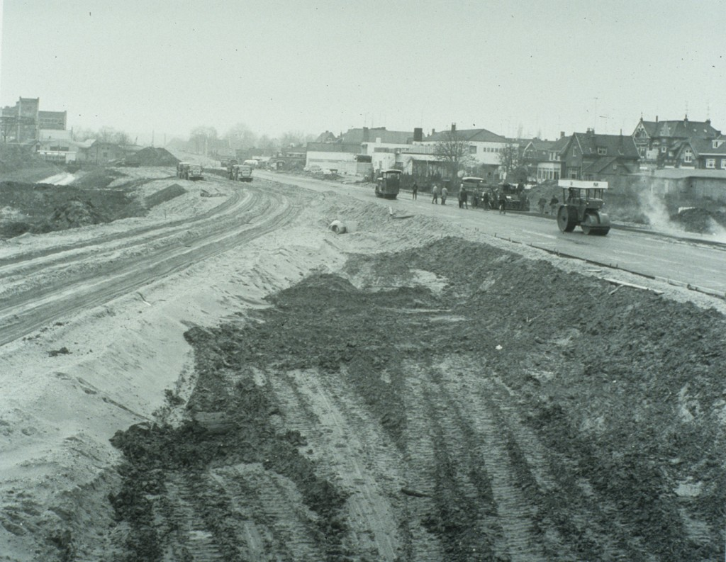 """Tegelijk met de aanleg van de A50 (destijds Rijksweg 50 genoemd) medio 1975 wordt de provinciale weg N225 aangelegd. Rechts op de achtergrond """"Rijnzicht""""."""
