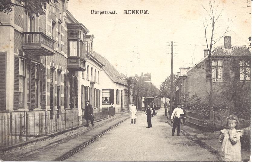 Vooraan links Dorpsstraat 141, met daarnaast de voorganger van het in 1948 bebouwde huidige pand op de westhoek Dorpsstraat/ Leeuwenstraat, nummer 135.