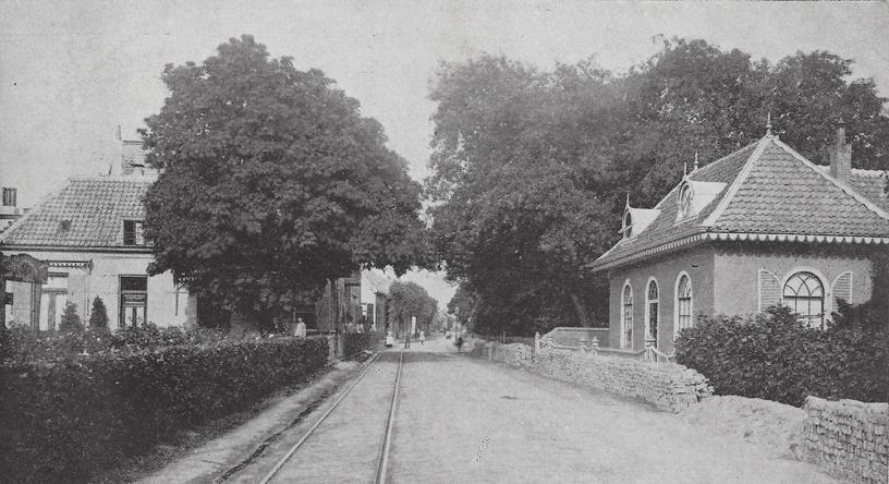 Geheel links Dorpsstraat 141, rechts de woning van dhr. Wentz.