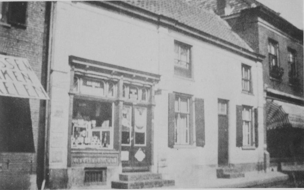 """De voormalige herberg """"Het Molentje"""" van Willem van Deelen, na verbouwing tot winkel, de kruidenierswinkel van Van der Helm. Rechts een deel van de voormalige dames-kostschool."""