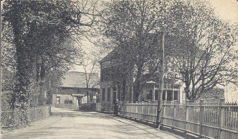 """De in 1863, op de plek van de oude herberg """"De Bock"""", gebouwde villa """"Redichem"""" welke onder andere bewoond werd door steenfabrikant Heinrich Gerhard Reymer en zijn echtgenote Arnolda Hermina van Wijck, dochter van de steenfabrikant Richardus van Wijck. Op de achtergrond huize """"Tondano"""", gelegen tussen """"Redichem"""" en hotel Campman."""