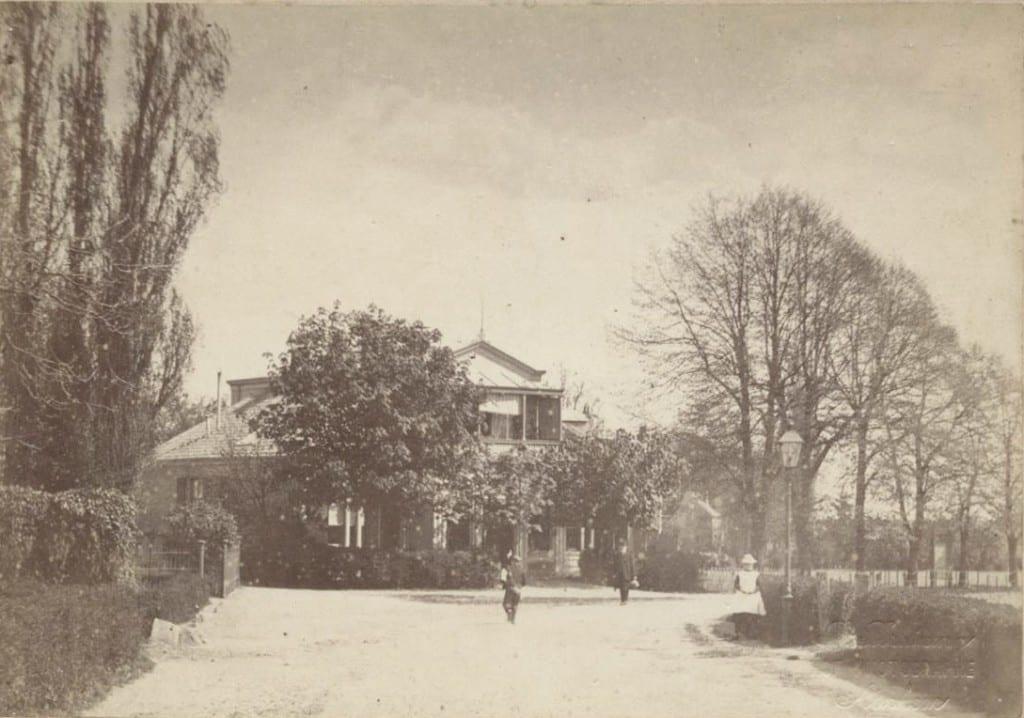 """Uitgeverij/ boekhandel van Gerard Romijn., nu """"Lindenhoek""""geheten naar de hier nog niet geplante Wilhelminalinde."""