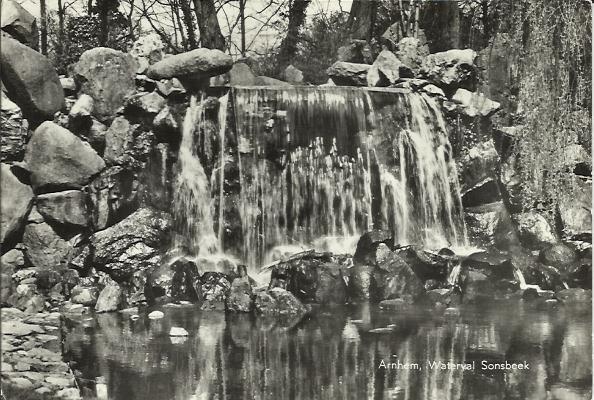 De waterval van Sonsbeek met achter het vallende water de grot.