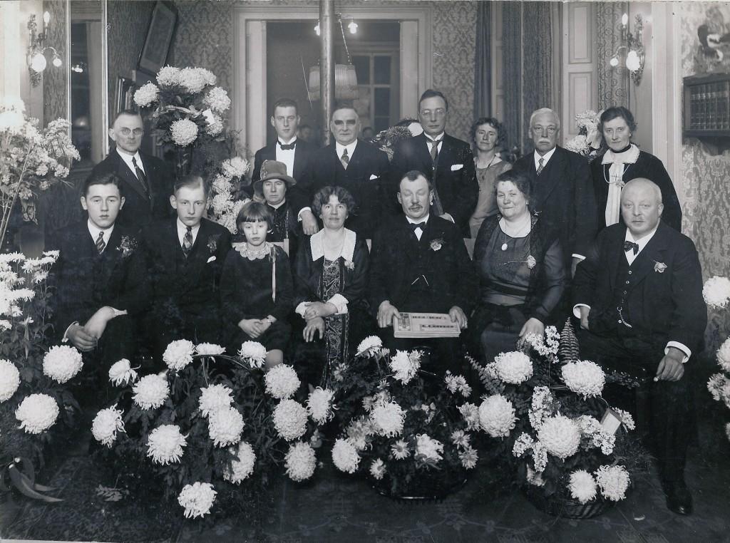 Familie Ogterop, commissarissen van de N.V. de Tafelberg en personeel in hotel de Tafelberg                                                 t.g.v. het 25 jarig bestaan van het hotel in 1927
