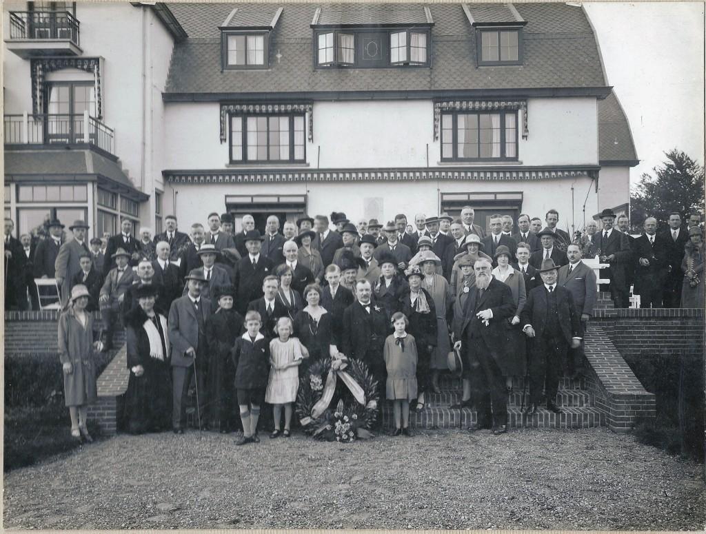 Opening hotel de Bilderberg met rechts vooraan burgemeester Jan van der Molen en achter de krans de familie Ogterop.