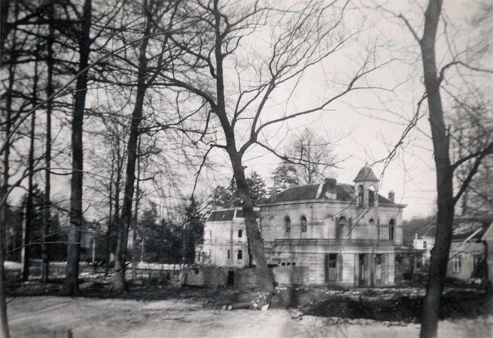 """Een laatste blik op de villa """"Westerpark met aan de achterzijde de markante belvedère."""