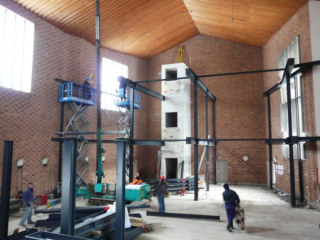 Aan de oostzijde van de zaal wordt een liftkoker aangebracht.