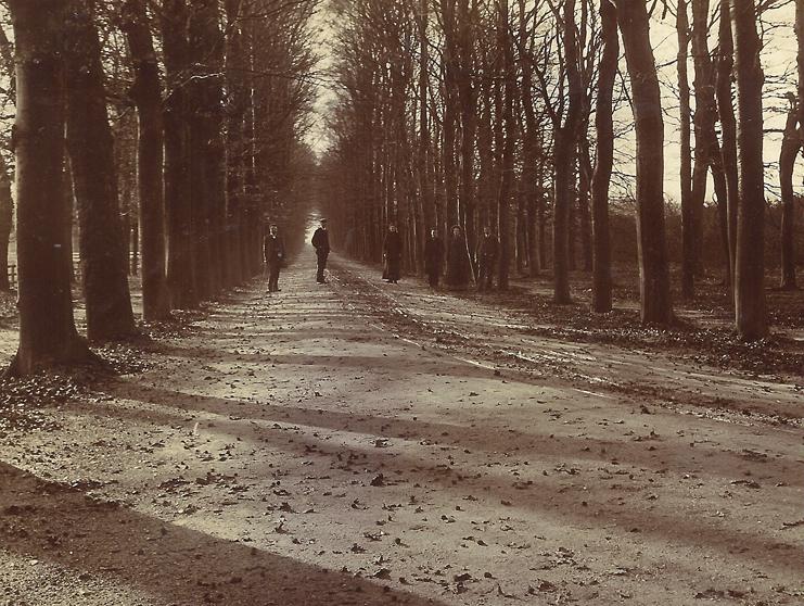 Leden van de familie Ruijtenberg op de Hoofdlaan van ONO. In het verschiet de uitgang bij de toenmalige Rijksstraatweg.