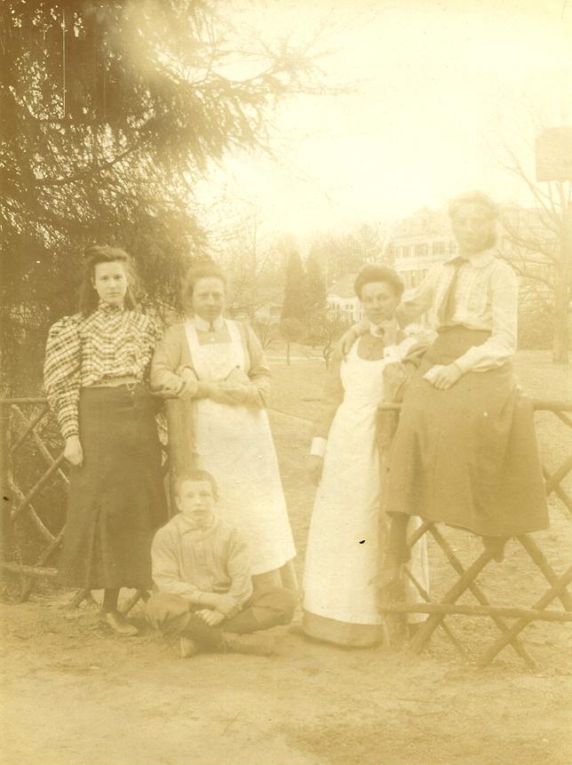 Nichtjes van Pieter met twee verpleegsters van ONO.
